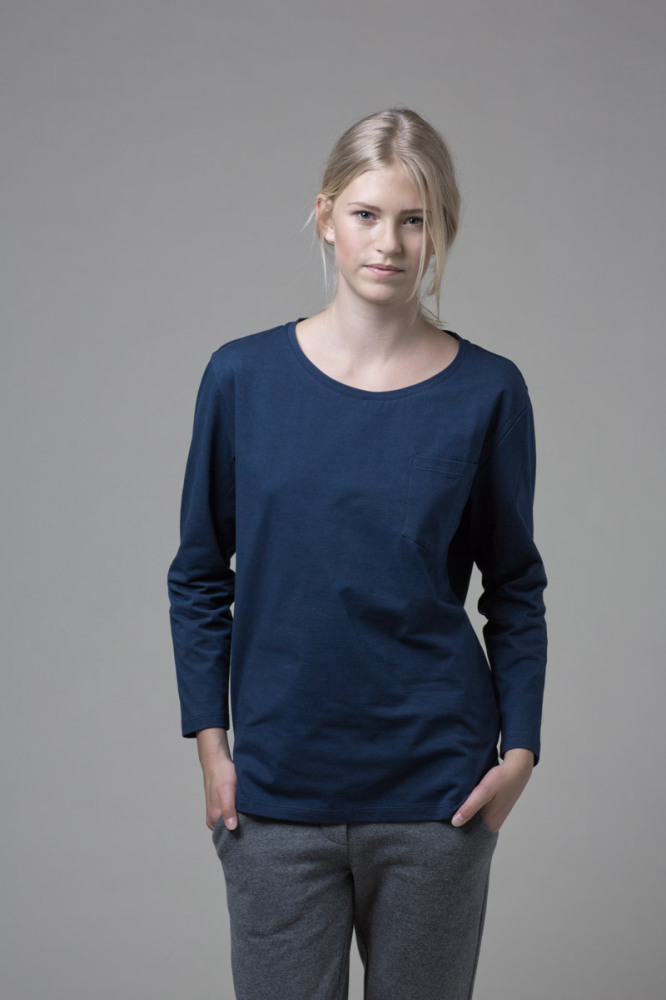 Our WONO. 2 BLUE shirt in soft cotton. It has a loose fit with a flattering round neckline.