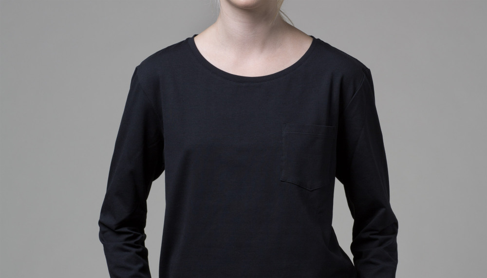 Our WONO. 2 BLACK shirt in soft cotton. It has a loose fit with a flattering round neckline.